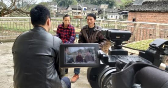 """央视国际频道来邻采访""""冰川哥""""家属"""